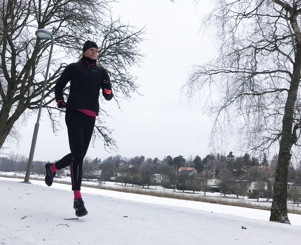 Första långpasset efter förkylningen. Nittio minuters löpning - segt i kroppen, men underbart att vara igång igen!