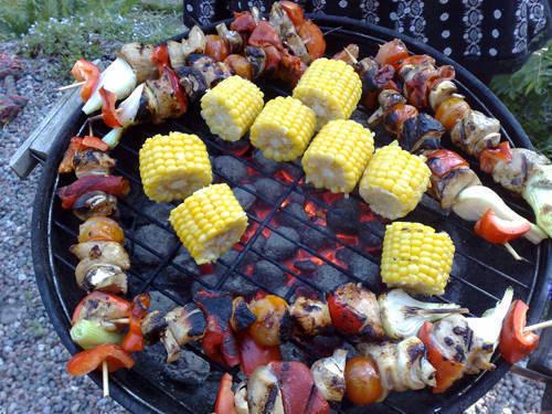 Kyckling- och grönsaksspett samt majs.