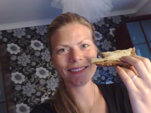 Ostsmörgås på väg in i mun.
