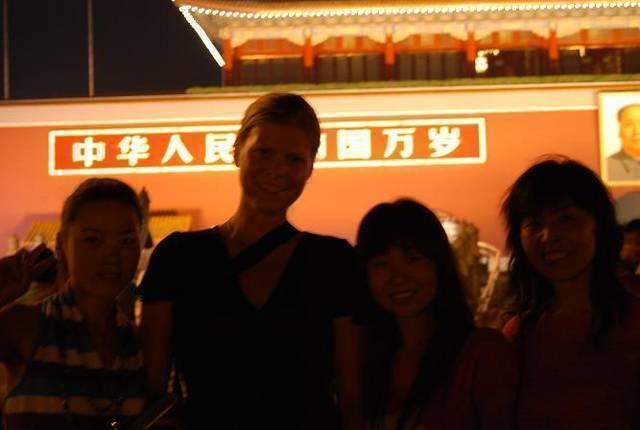 Jag och några tjejer som ville fotas med mig. Självklart så tog vi bild på dem med.