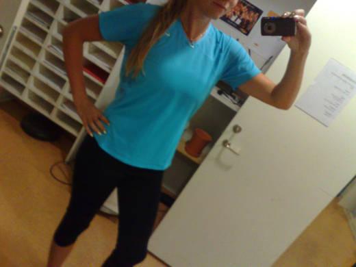 Morgonens träningoutfit - topp och tights från Nike.