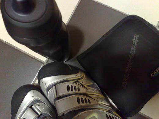 Instruktörsutrustning - skor, vattenflaska och en massa cd-skivor.