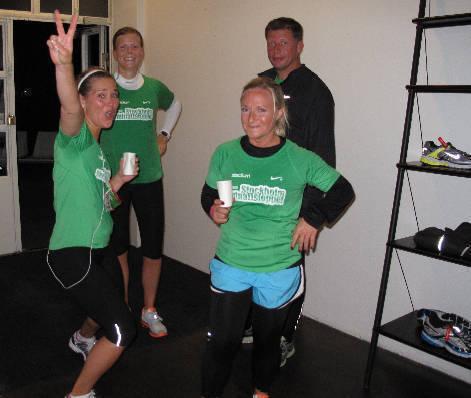 Bild från efter Midnattsloppet i lördags (jag i bakgrunden). Idag känner jag nästan också för att göra ett segertecken.