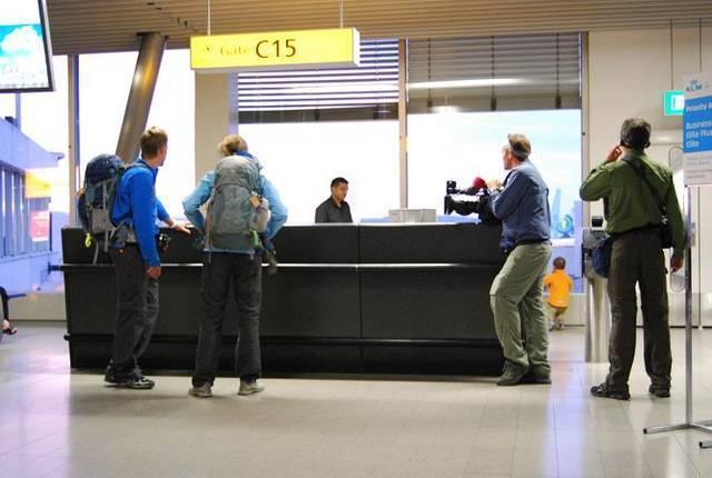 Det första laget framme vid disken för att försöka få biljetter till flyget.