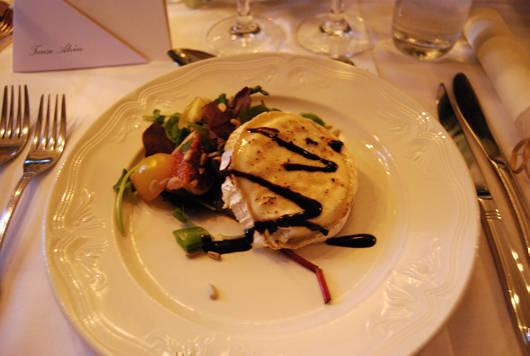Förrätt på bröllopet i lördags: chevreost med fikonsallad.