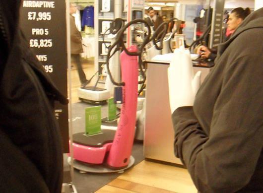 En rosa vibrationsplatta inne på Harrods.