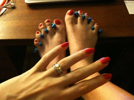 Nymålade naglar.