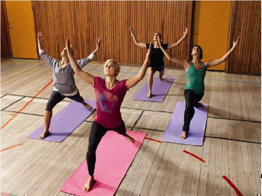 Sanna Kallur med team yogar. Bild: Nike.