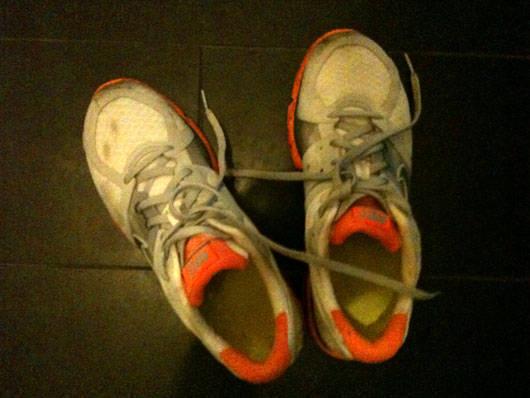 Smutsiga skor efter regnlöpning.