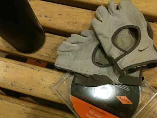 Styrketräningshandskar skyddar händerna.