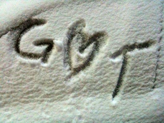 Glenn ritade i snön på bilen.