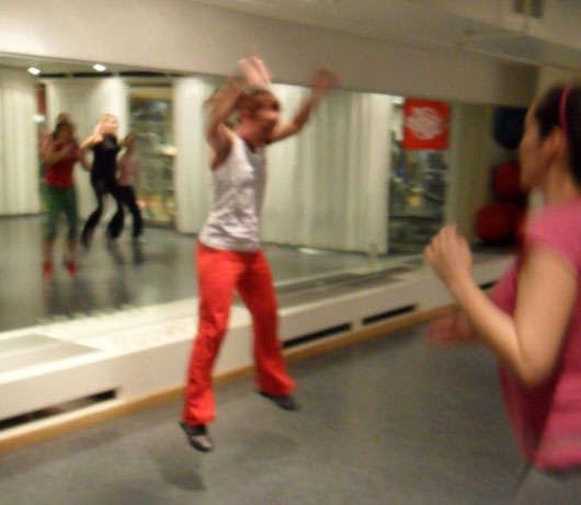 Helene Nilsson hoppar för fullt framför oss deltagare.