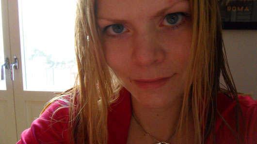 Med nytvättat hår i ljuset från balkongen.
