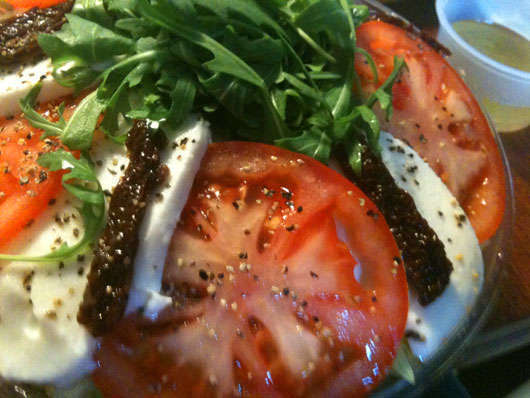 Pastasallad med mozzarella och soltorkade tomater.