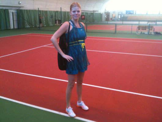 Min nya tennisklänning. Lägg märke till den härliga morgonsolen som sken in i hallen.