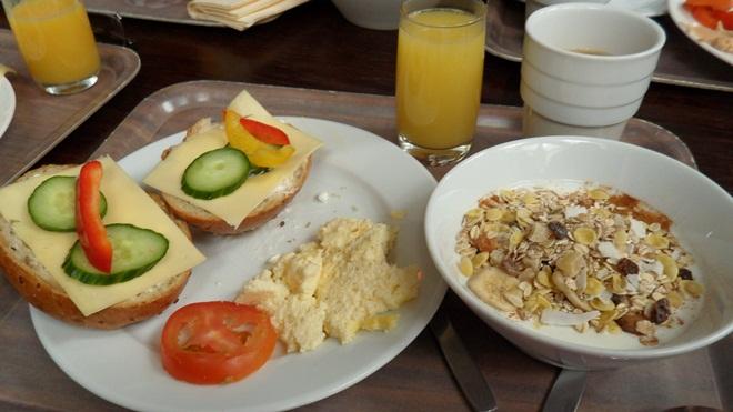 Gott med frukost efter nattens tågfärd.