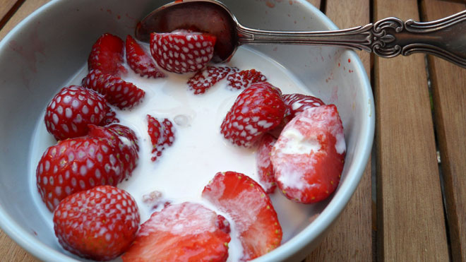 Jordgubbar och mjölk = sommar!
