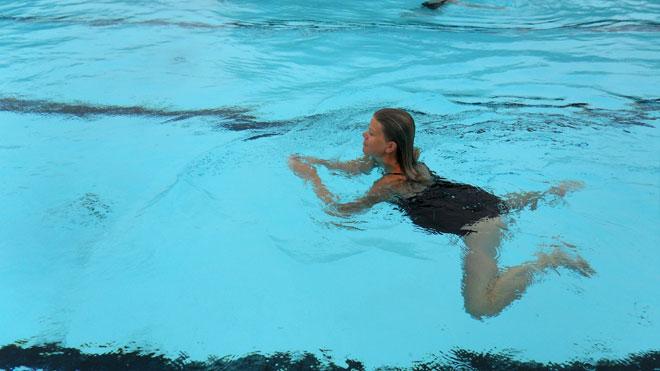 Simning i lätt duggregn.