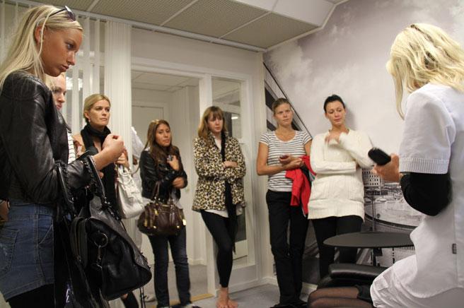 Vi får en genomgång inne på Hud & Hårlaserkliniken. Foto: Fredrika Johnsson.