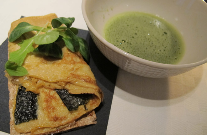Knäckebröd med japansk pannkaka och en kopp grönt te.