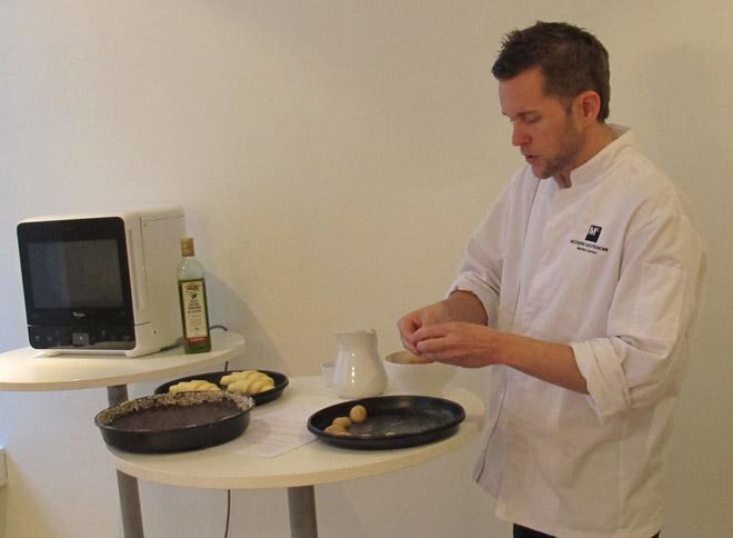 Kocken Mattias lagar potatis i mikron ...