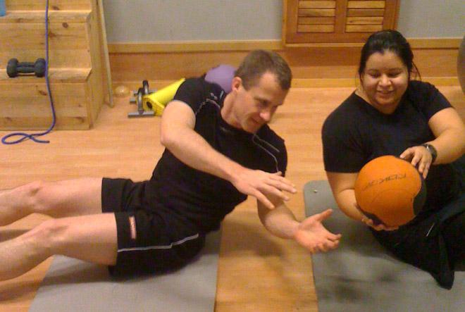 Julia och Mats tränar.