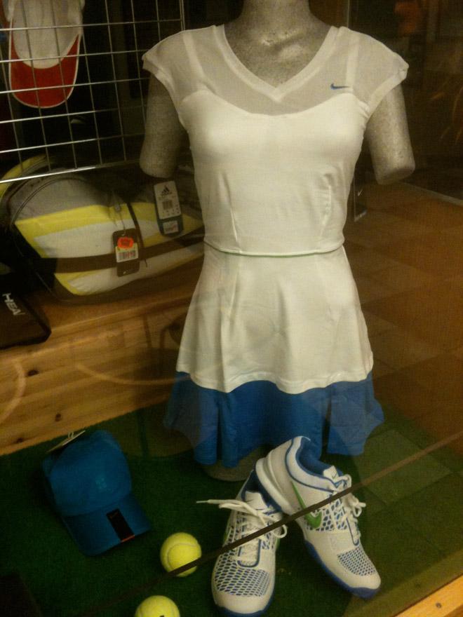 Snygg tennisklänning med matchande skor.