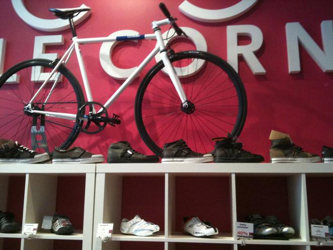 Cycle Corner har många skor och mycket cyklar.