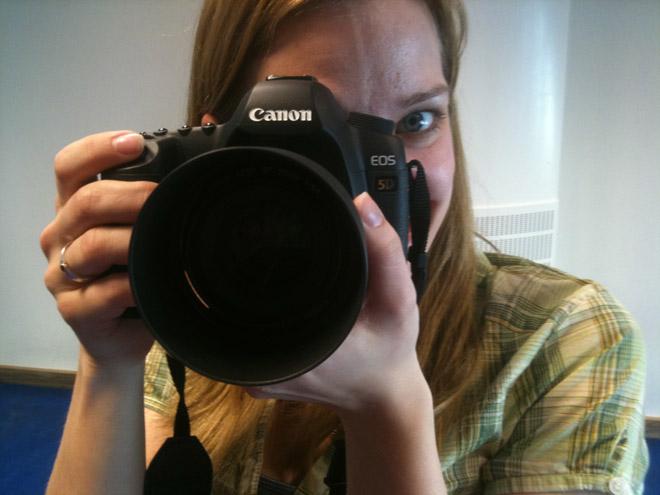 Jane bakom kameran.