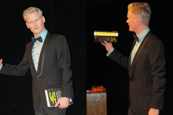 Henrik Fekseus visar upp sin nya bok.