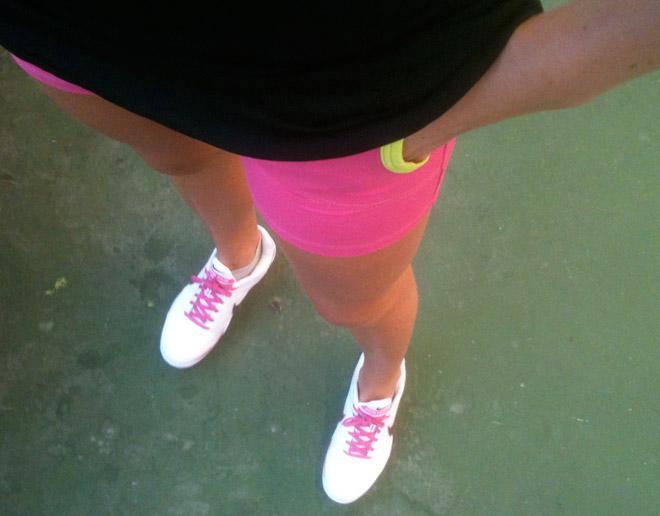 Snart kan jag ha korta byxor på tennisen. Tycker fortfarande det är lite för kallt i hallen. Rosa byxor: Moja tennis.