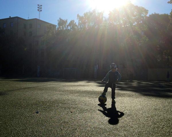 Charles spelar fotboll