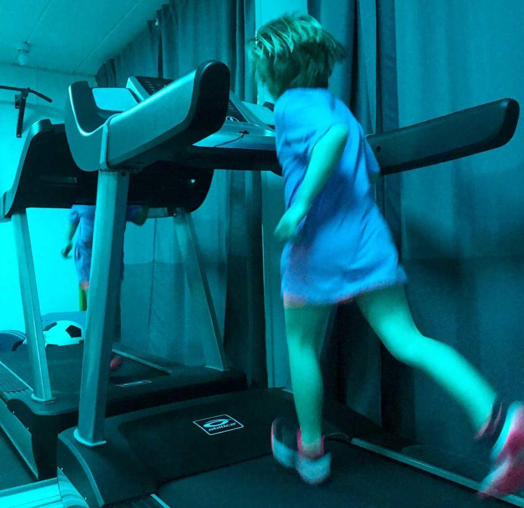 Min dotter älskar att springa, oavsett om hon har på sig ett aktivitetsarmband eller ej.