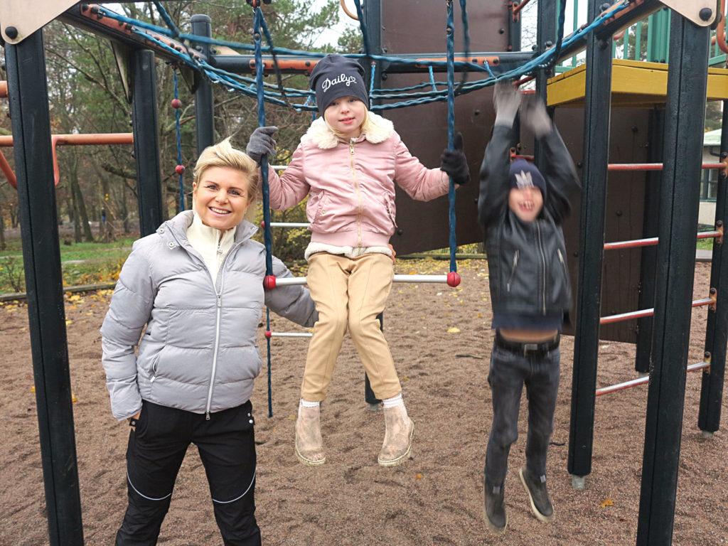 Anna, Jonna och Junior i klätterställningen.
