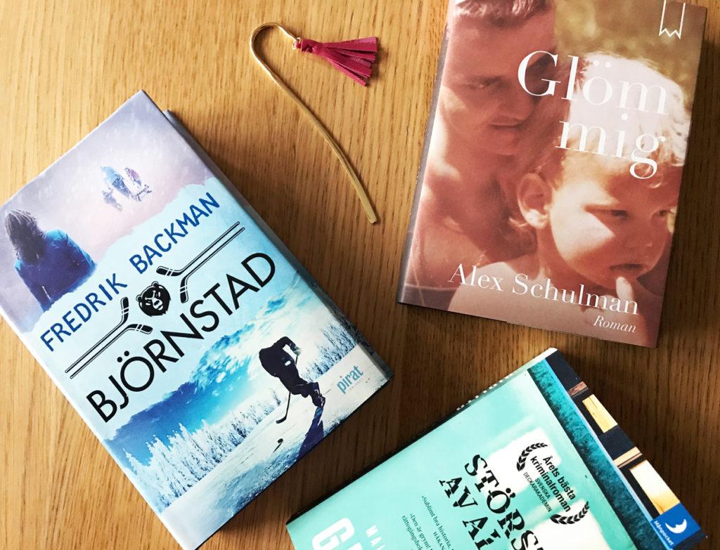 Tre böcker som är med och tävlar om titeln Årets bok.