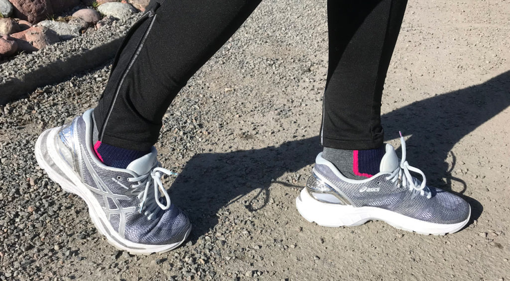 Testar ut nya ASICS-skor som jag hoppas springa Paris Marathon i. De har hängt med på ett par intervallpass på löpband och i helgen sprang jag 8 km med dem utomhus. Känns bra på foten.