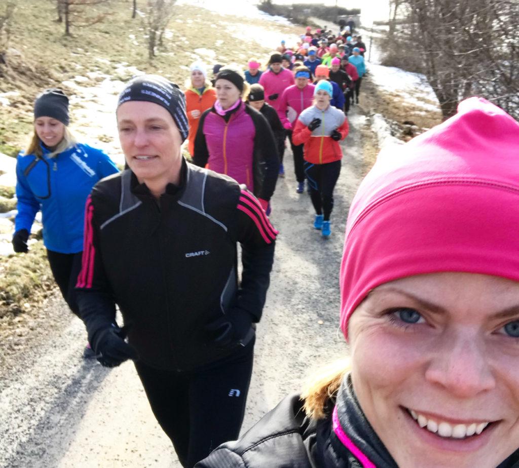 Backintervaller i morgonsol på Tjejmilens träningshelg ute på Rönneberga konferens.