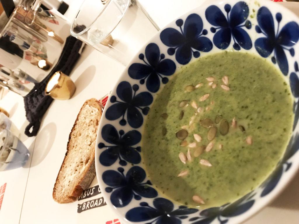 Mumsig broccolisoppa serverat med frön och gott surdegsbröd.
