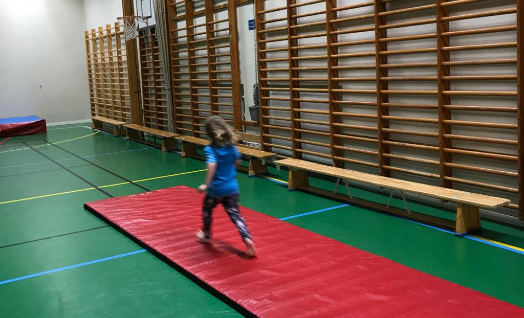 Härligt att få köra gymnastik i en idrottshall fylld med ribbstolar, olika former av mattor, satsbrädor och plintar. Det är roligt att vara tränare i Brommagymnasterna.