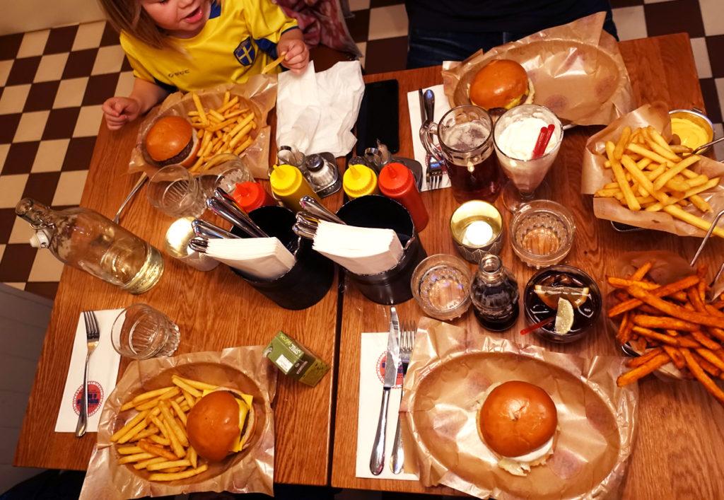 Ett bord fullt av mat.