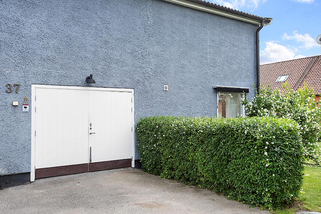 Innanför dessa garagedörrar ska vi bygga hemmagym.