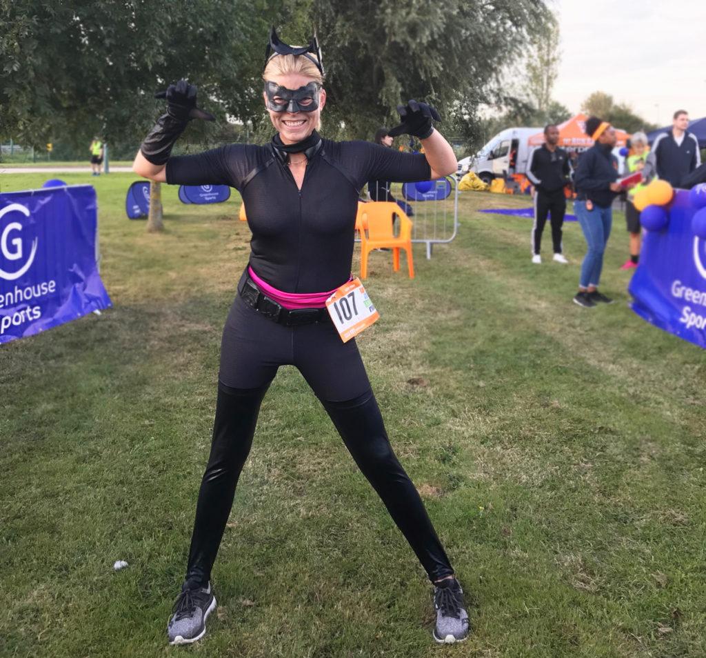 Catwoman efter att precis ha sprungit drygt 13 km i min maskeraddräkt.