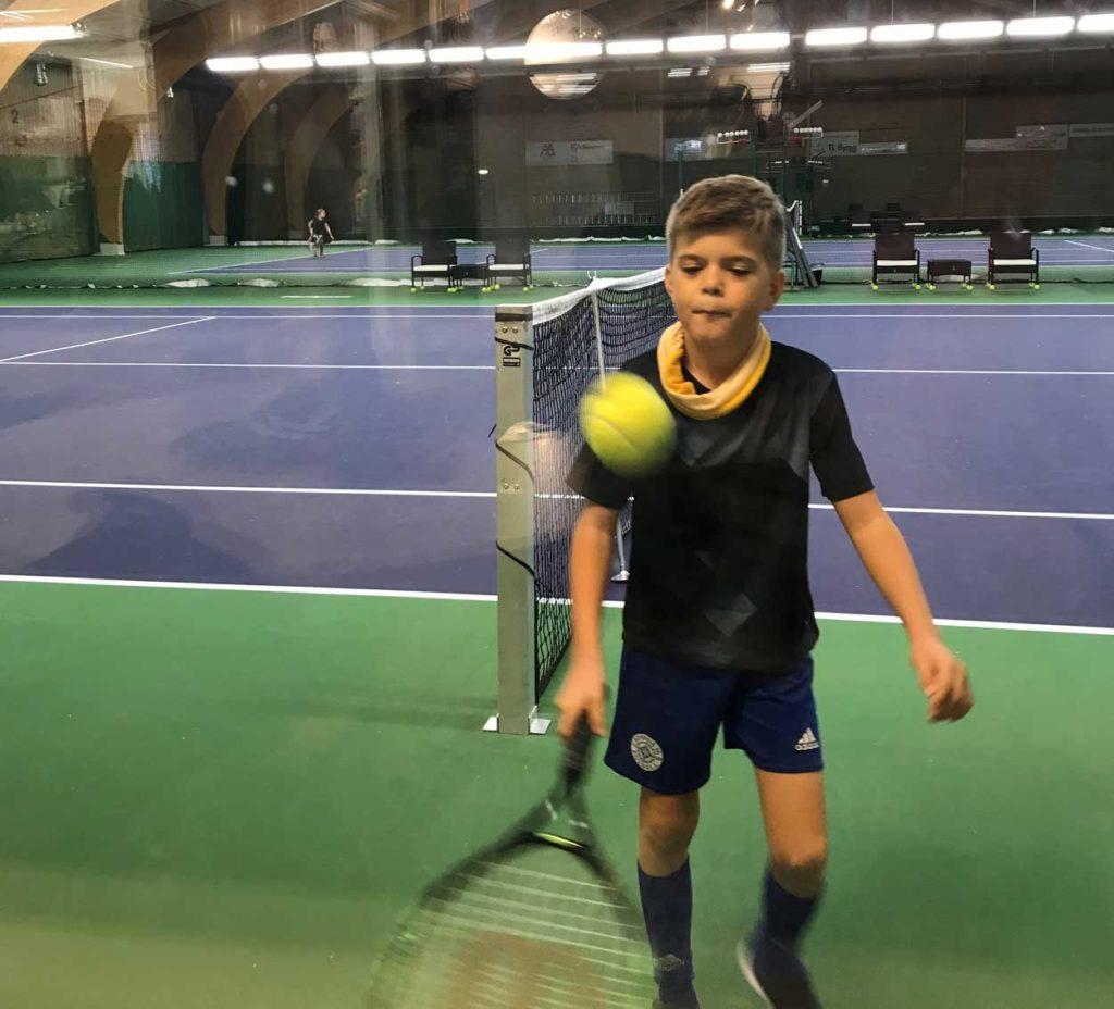 Charles på tennisträning.