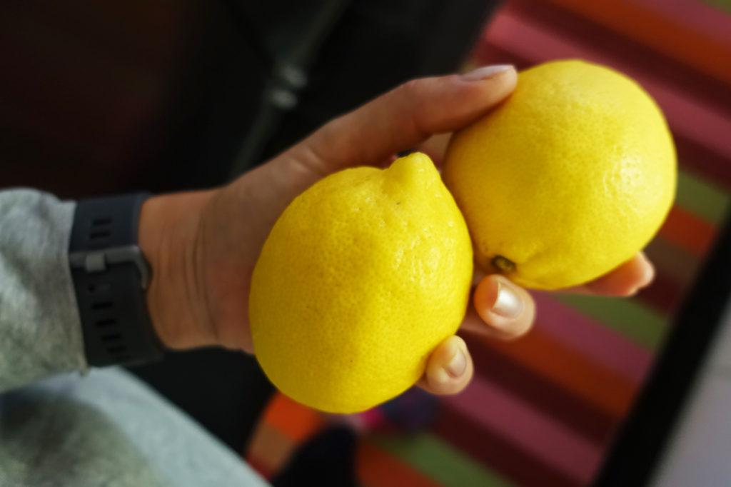 Citroner redo att pressas ner i ingefärsshoten.