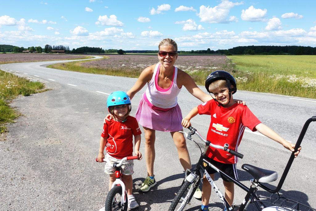 Cykeltur med barnen. De cyklar. Jag springer.