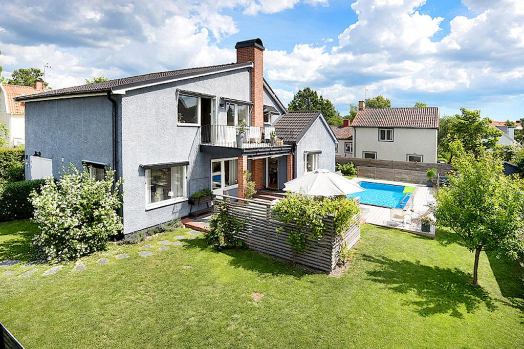 Vår nya villa - med pool och barnvänlig trädgård.