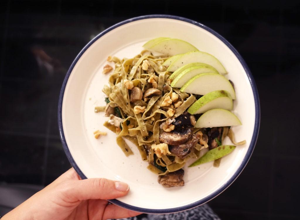 God vegetarisk pasta med fettuccino, blandsvamp, getost, päron och valnötter.