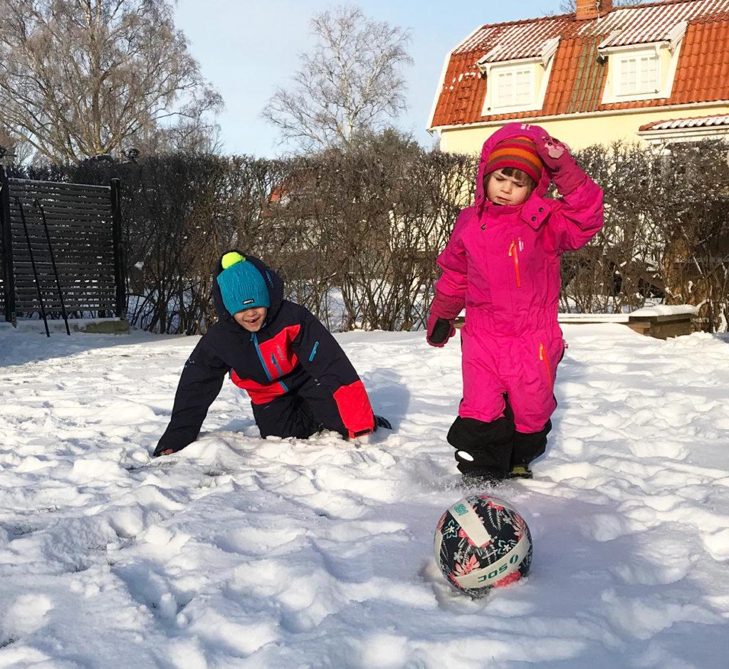 Aktiv lek utomhus i snön med barnen.