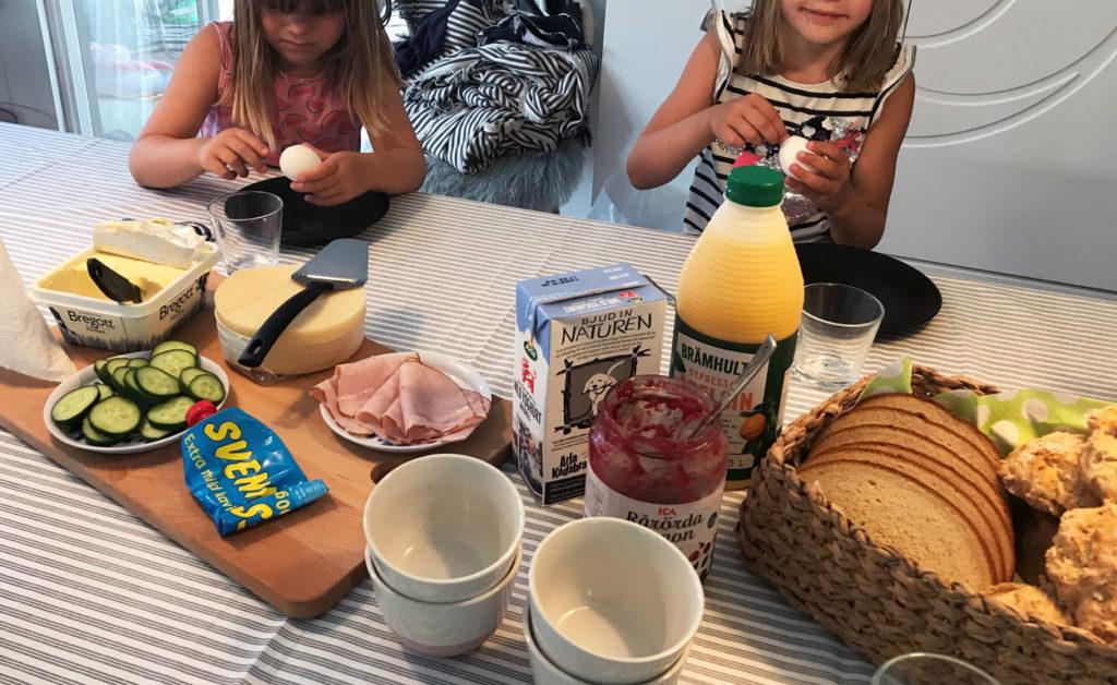 Helgfrukost. Gott med nybakt bröd även om barnen oftast väljer tråkigt fabriksbakat ...