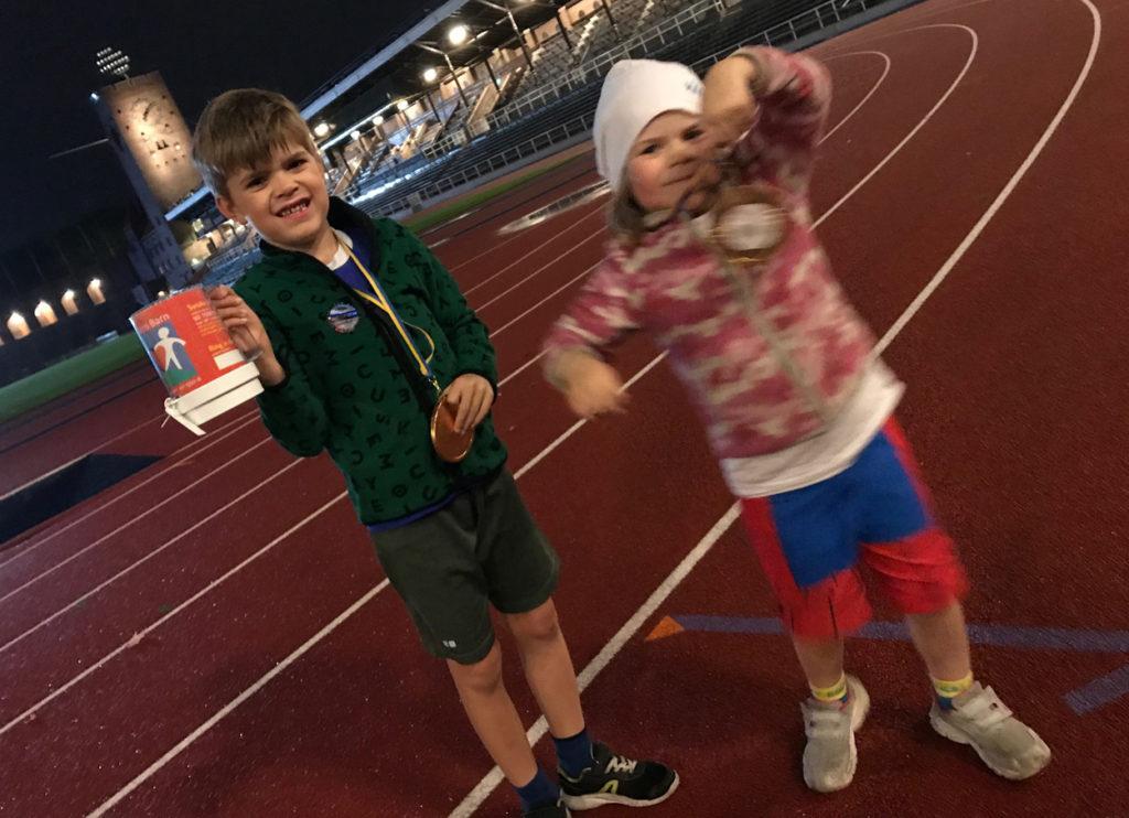 Glada barn efter löpningen, fortfarande med spring i benen och hade svårt att stå still framför kameran.